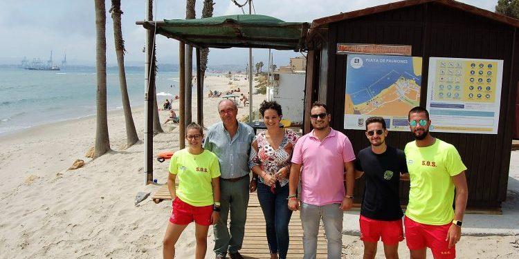 Los responsables municipales, junto a socorristas en Palmones