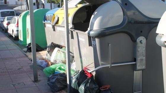 Bolsas de basura fuera de contenedores. Archivo