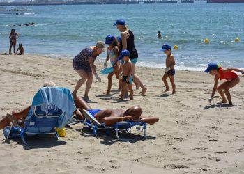 Labores de reciclaje en la playa de Guadarranque