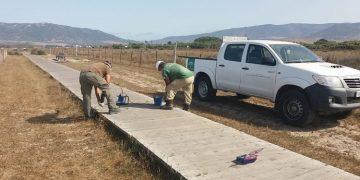 Los operarios reparan parte del sendero de 'Los Lances'