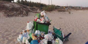 Imagen de basura en la playa