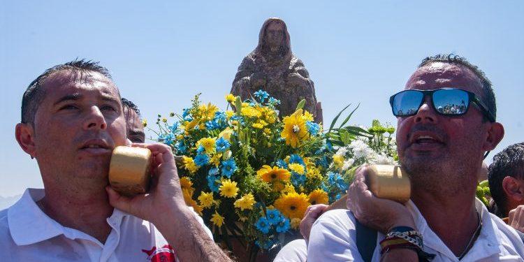 A hombros con la Virgen de la Palma. Txema Ferrando