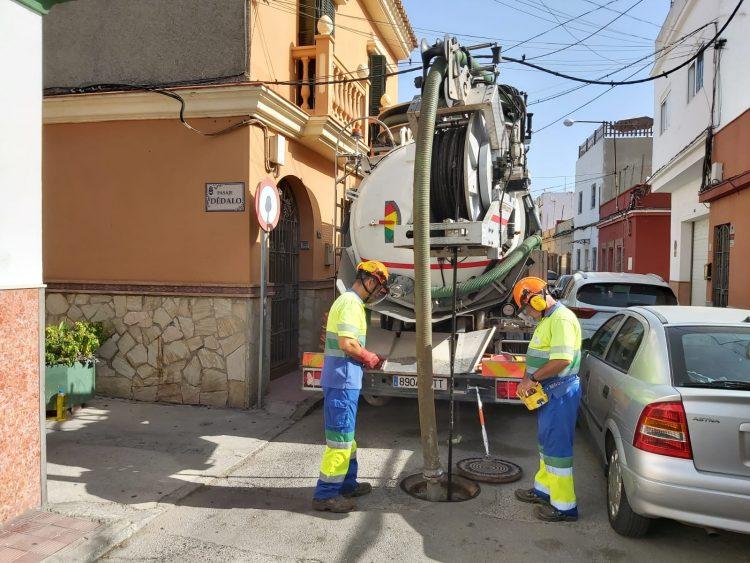 Operarios llevan a cabo limpieza de imbornales