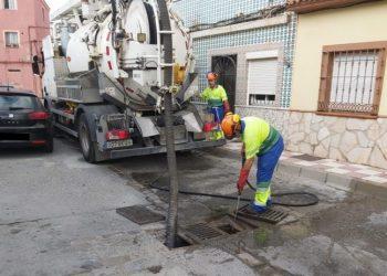 Los operarios llevan a cabo tareas de limpieza de imbornales en la calle Lepanto