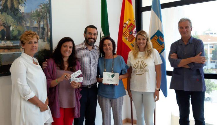 El alcalde, junto a concejales y responsables del proyecto solidario