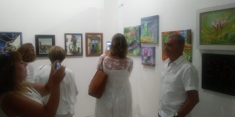Fotografía entre los cuadros expuestos