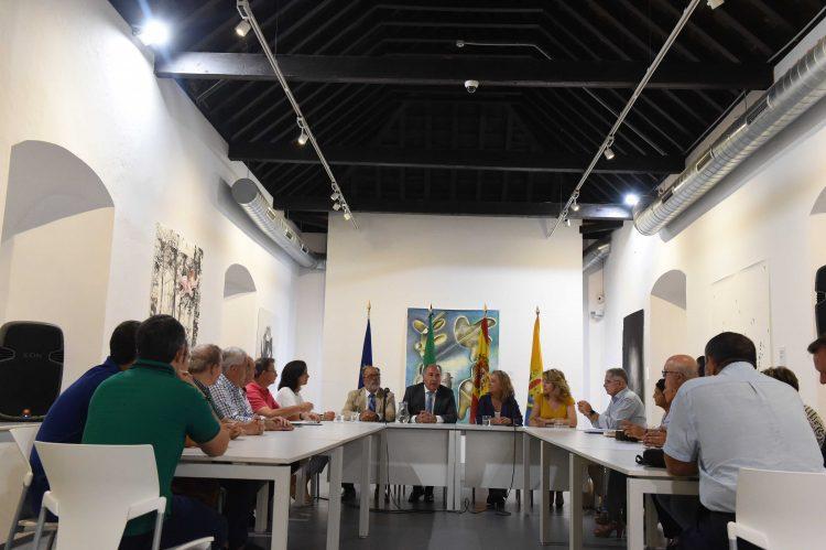 Imagen de la reunión de trabajo mantenida con los representantes del mundo cofrade algecireño