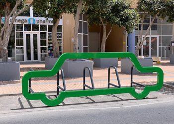 Portabicicletas con forma de automóvil en Europort Road