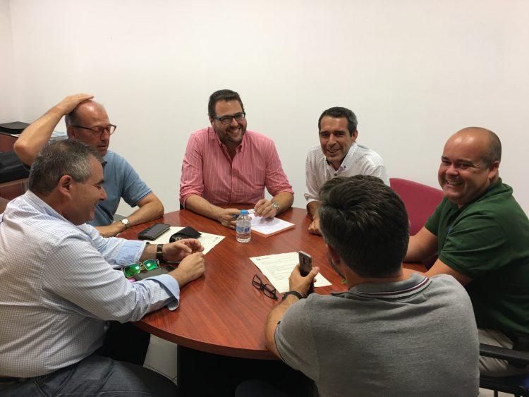 Representantes municipales y de Arcgisa, durante la reunión