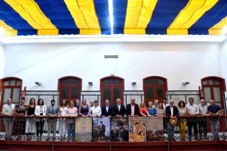 Los participantes en la rueda de prensa, con los carteles de las distintas actividades