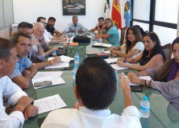 Reunión de concejales en la sala de juntas del Ayuntamiento