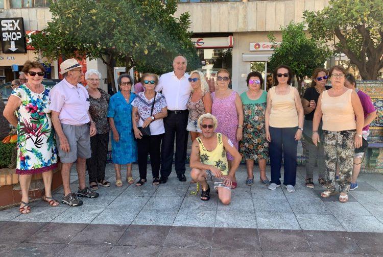 El alcalde, junto a personas mayores participantes en las actividades