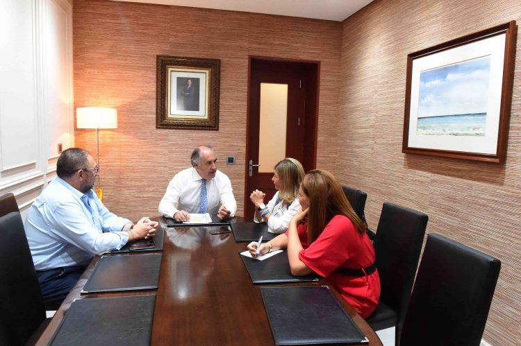Landaluce dialoga con los responsables sanitarios