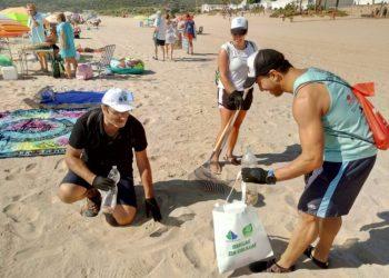 Voluntarios en la playa de Getares, este domingo