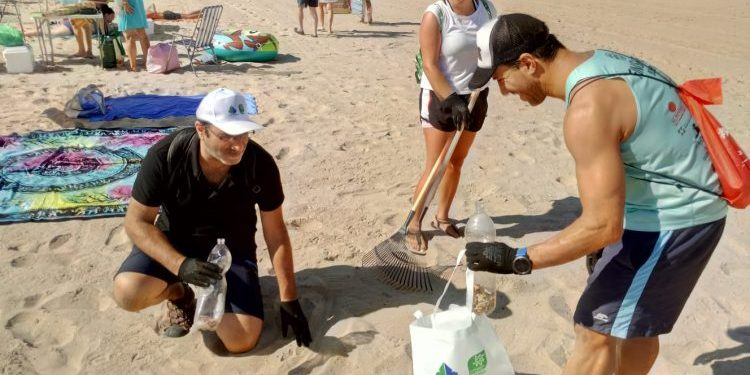 Voluntarios en la playa de Getares, este domingo