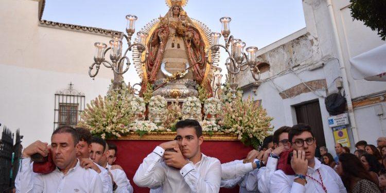 Santa María La Coronada iniciando el recorrido procesional, este jueves.