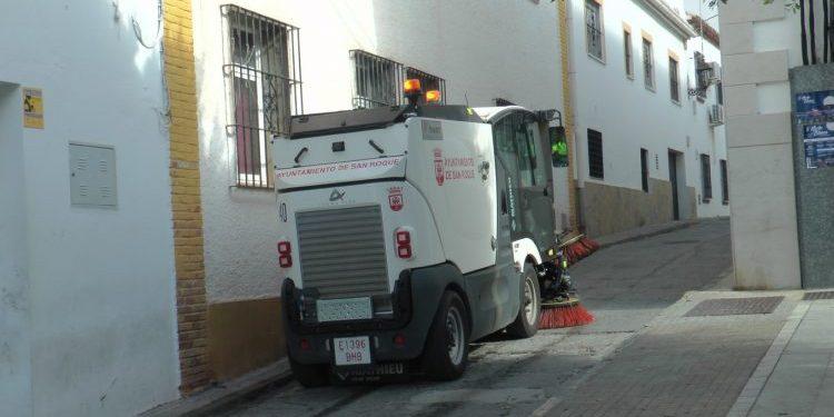 Máquina barrendera por el Casco urbano