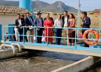 Las autoridades visitan la EDAR de Bolonia