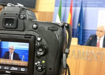 El portavoz adjunto del Grupo Parlamentario Socialista, Manuel Jiménez Barrios, en rueda de prensa.