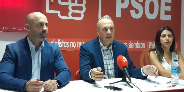 El alcalde, Juan Carlos Ruiz Boix, entre Juan Manuel Ordóñez y Belén Jiménez