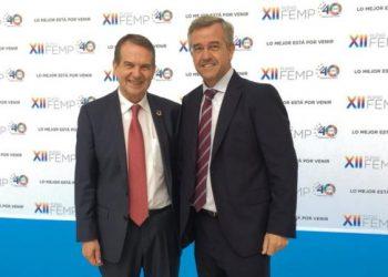 García Urbano junto al presidente de la FEMP y alcalde de Vigo, Abel Caballero.
