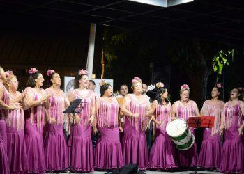 La actuación de un coro en la III Feria de Comercio de la Estación de San Roque