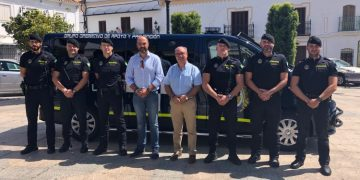 Miguel Alconchel y José Antonio Gómez posan junto a agentes con el nuevo vehículo