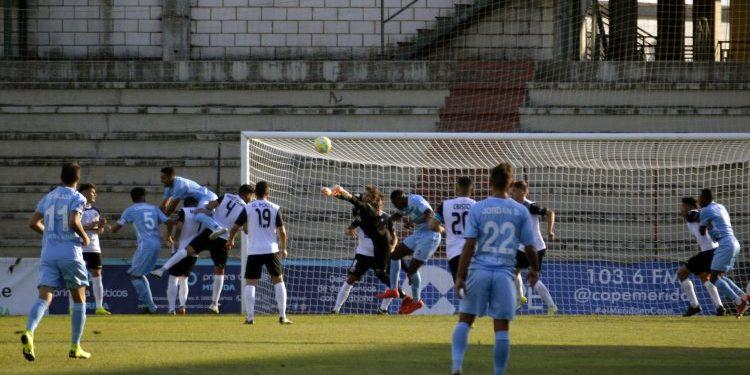 Un lance del partido disputado en el Estadio Romano de Mérida. AD Mérida