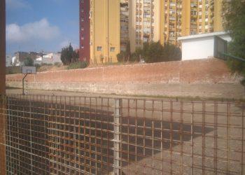 Vista del muro con riesgo de derrumbe desde la valla protectora, ya oxidada de los años.