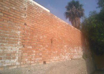 Muro del colegio Campo de Gibraltar, en evidente mal estado.