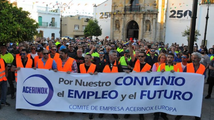Protesta de trabajadores de Acerinox reclamando futuro para los empleos de la factoría. / ARCHIVO