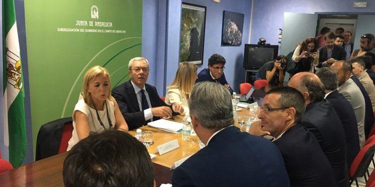 El consejero Velasco frente a los alcaldes de la comarca y el presidente de la Mancomunidad.