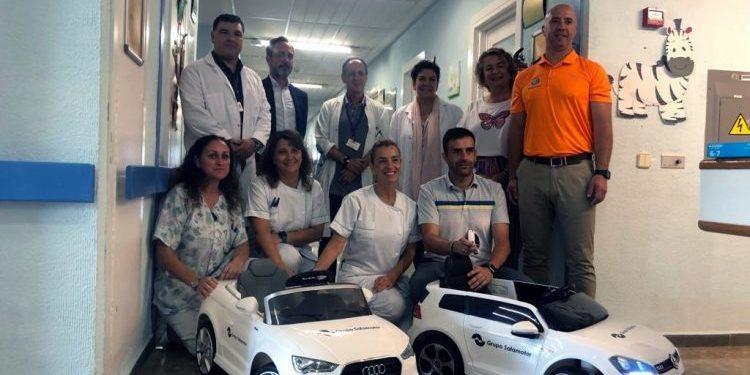 Donación de los mini coches eléctricos en el Hospital Costa del Sol.