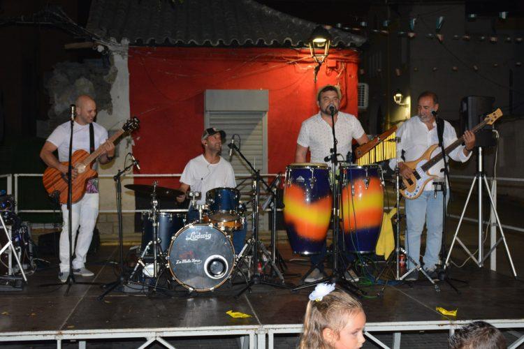 Actuación del grupo musical La mala hora en Puente Mayorga