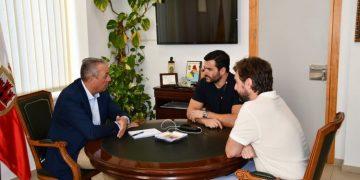 El alcalde de San Roque, reunido con dos responsables de la empresa
