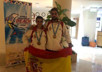 Los hermanos Téllez y sus medallas.