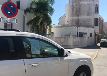 Una doctora cuelga un cartel de 'socorro' en la ventana ante la imposibilidad de aparcar en el centro