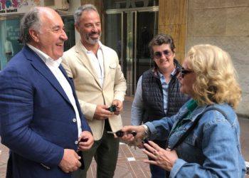 Landaluce y García departen con una ciudadana.
