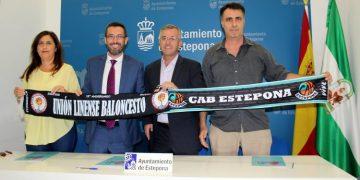 Los dos alcaldes con representantes de ambos clubes.