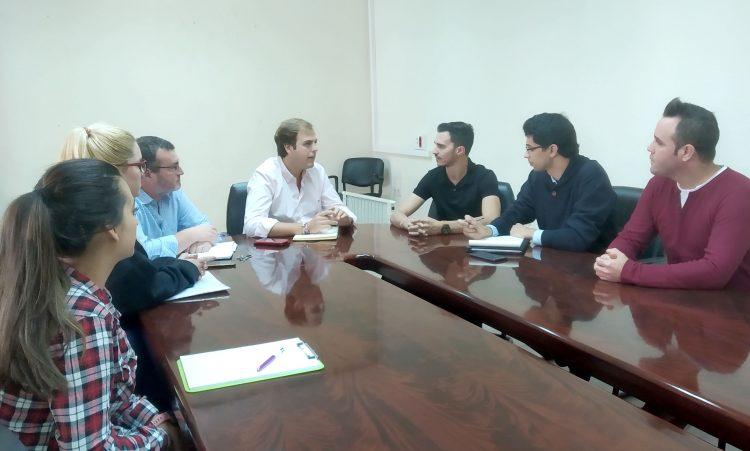Javier Vázquez Hueso, reunido con estudiantes de la UCA