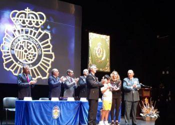 La viuda de Fermín Cabezas recoge el reconocimiento a título póstumo en compañía de su hijo.