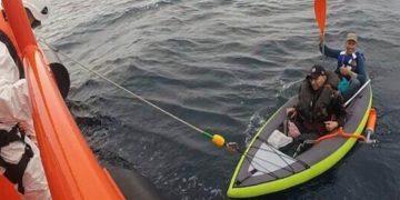 Inmigrantes rescatados a bordo de un kayak (archivo)