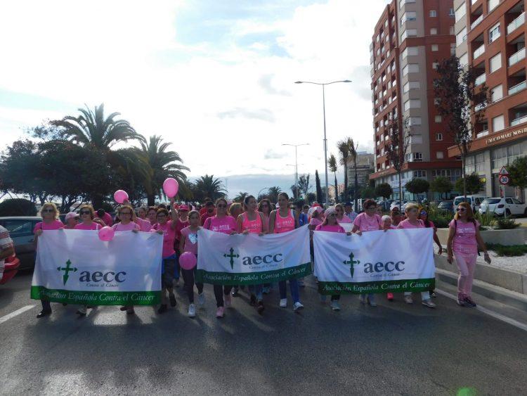 Participantes en la marcha contra el cáncer de mama