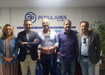 Alexis García (en el centro) junto a sus compañeros de partido (Archivo)