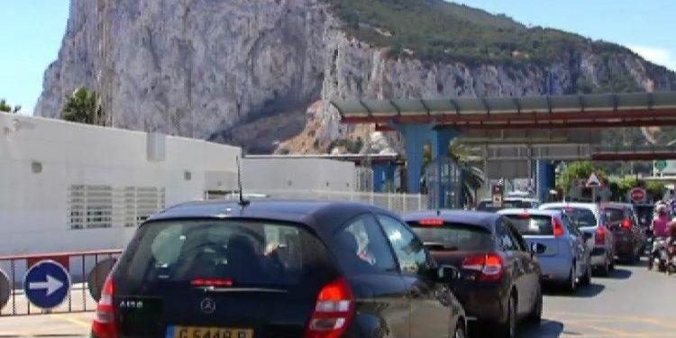 Colas de vehículos a la entrada de Gibraltar. Archivo