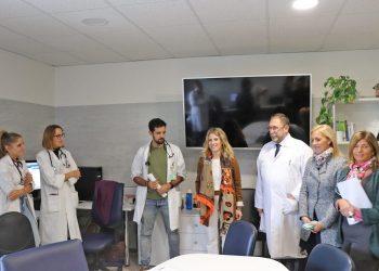 Ana Mestre y responsables del Área de Gestión Sanitaria durante la visita.