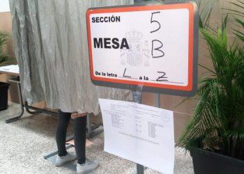 Una de las cabinas habilitadas en un colegio electoral de La Línea