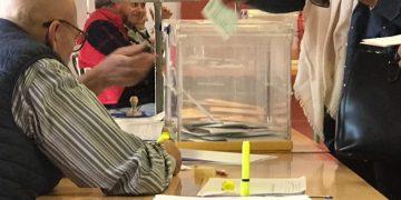 Una mujer votando en un colegio de La Línea