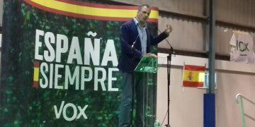 El secretario general de Vox, Javier Ortega Smith, hace campaña en Algeciras.