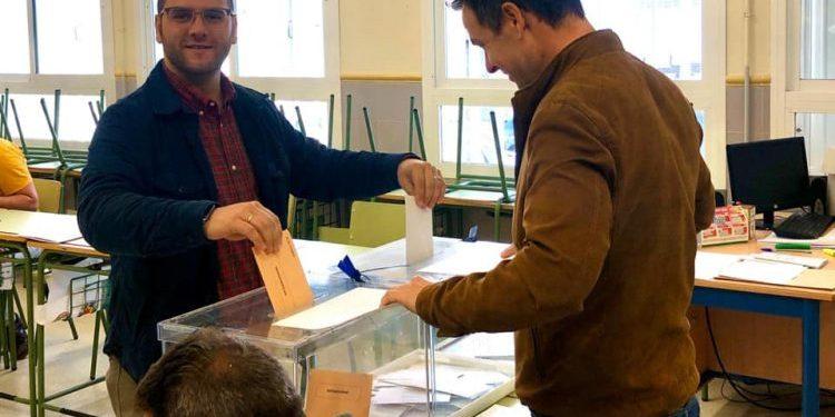 El socialista, Adrián Vaca, alcalde de Castellar, votando en un colegio del municipio chisparrero